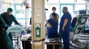 Nem bírta nézni a szenvedésüket, két koronavírusos betegét is megölte a főorvos