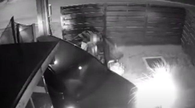 Hulla részegen csapódott a kocsijával egy tatabányai ház kertjébe egy nő – videó