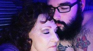 Ezrek fizetnek azért, hogy 23 éves férfi és a 76 éves nő a kamera előtt szexeljen