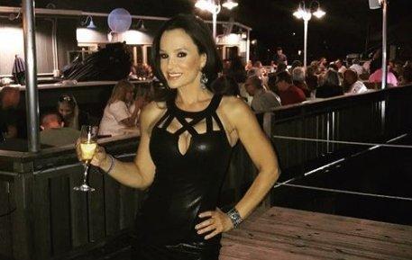 A legendás pornós Lisa Ann újra dolgozik, kíváncsi, miben találta meg a számítását?