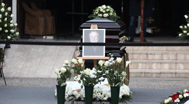 Végigzokogta Benkő László temetését Kóbor János, képtelen volt beszédet mondani – videó