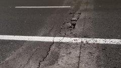 Szerdán adták át az új autópályaszakaszt, csütörtökön egy kátyú tette tönkre egy sofőr kocsiját