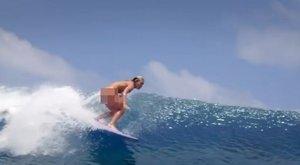 Se bugyi, se más: pucérra vetkőzve lovagolja a hullámokat a dögös szörfös