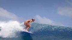 Se bugyi, se más: pucérra vetkőzve lovagolja a hullámokat a dögös szörfös - videó