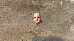 Sokkos állapotban menekült otthonából egy nő: hátborzongató, mit találtak a falban