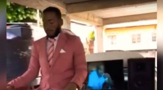 Kitiltották saját temetéséről a férfit, mert túl élethű volt a holtteste - videó
