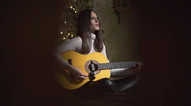 Megindító karácsonyi dallal jelentkezett Bíró Ica szépséges utódja – videó