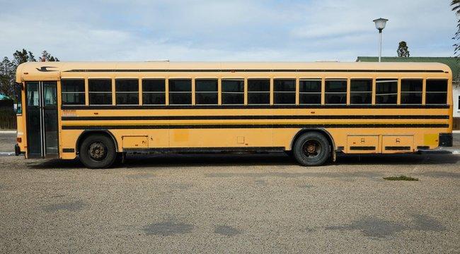 Brutális: Iskolabuszon verte meg gyermeke szekálóit egy dühös szülő, a diákok végignézték a szörnyű jelenetet