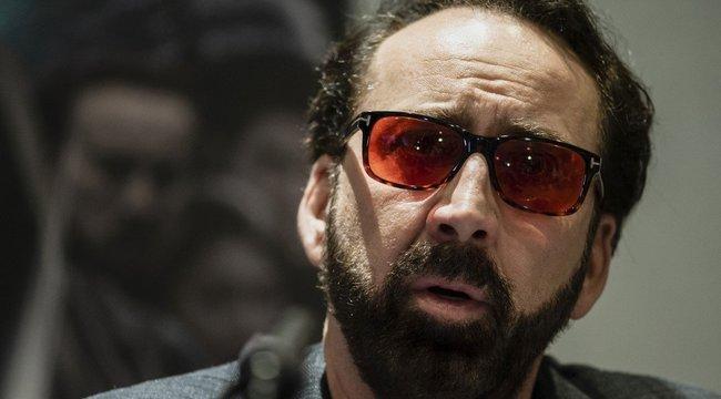 Botrányos videó: A papucsban csoszogó Nicolas Cage olyan részeg, hogy még egy késdobálóban sem látnák szívesen