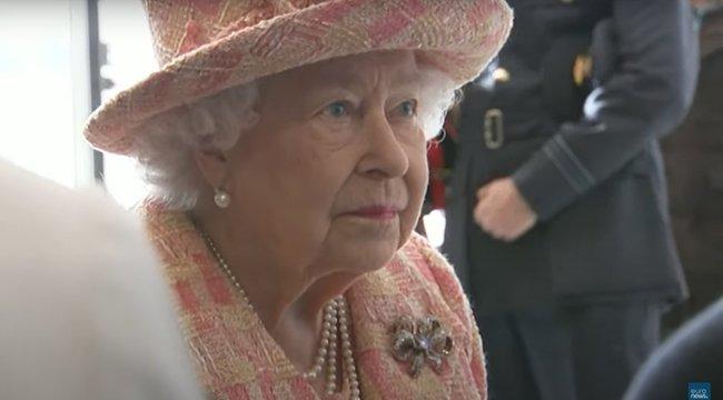 Elfáradt II. Erzsébet királynő, még szeretett kutyáit sem tudja megsétáltatni