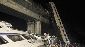 Egy csecsemő a túlélője a halálos vonatbalesetnek