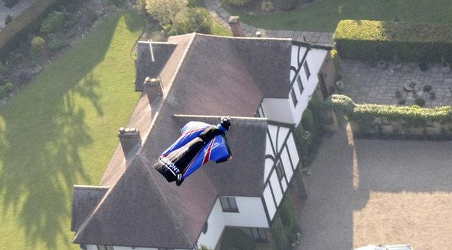Hétszáz méterről repült célra egy szál szélfogó ruhában - videó