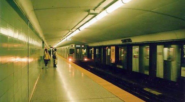 A sínekre lökött egy nőt a bekattant férfi - videó