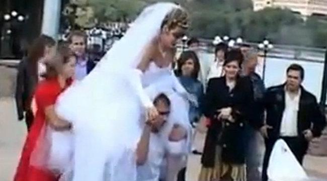 Csúnyán megszívta a menyasszony a fotózást - videó