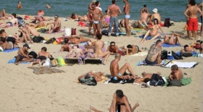 Sokkolta az úszókat a strandon szexelő pár - fotó