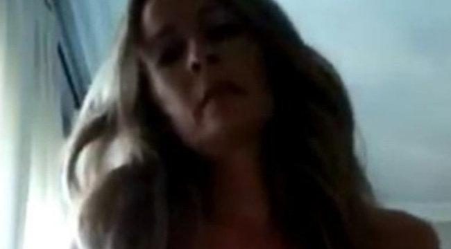 Kamera előtt maszturbált a szoci képviselőnő - videó (+18)
