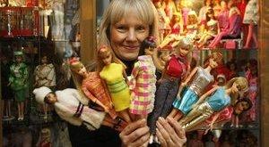 15 ezer Barbie-val él együtt a fanatikus asszony