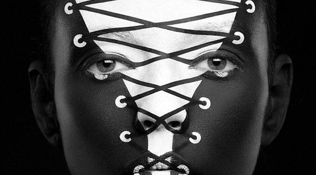 Dekoltázs lett a modell arcából - elképesztő fotók