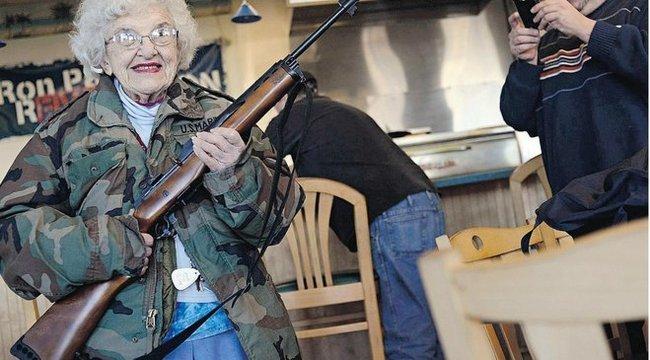 Napi őrült: fegyverrel érkezőknek kedvezményt ad