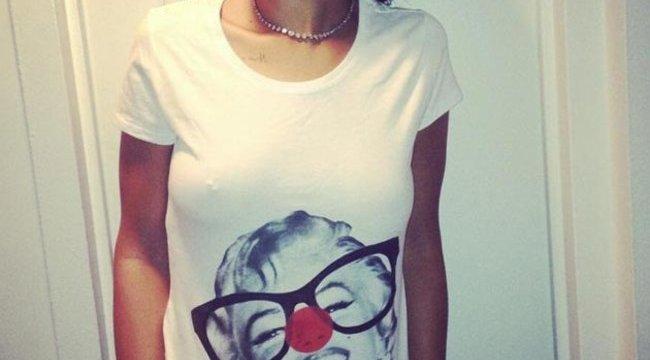 Kéjes arccal mutogatja mellpiercingjét Rihanna – fotó
