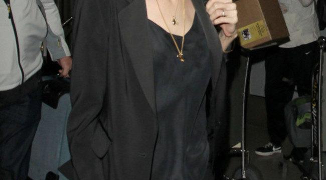 Angelina Jolie nem hordja a jegygyűrűjét