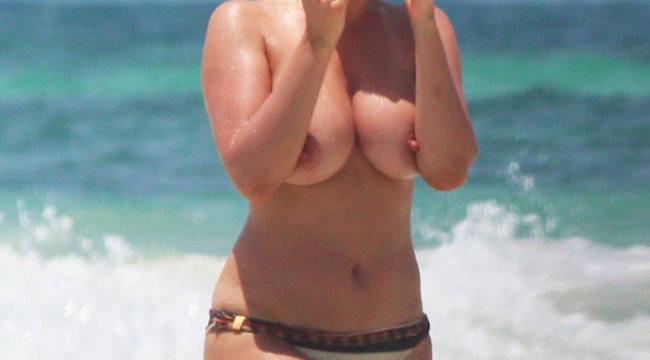 Hatalmas melleit mutogatta a strandon a sztár- fotó