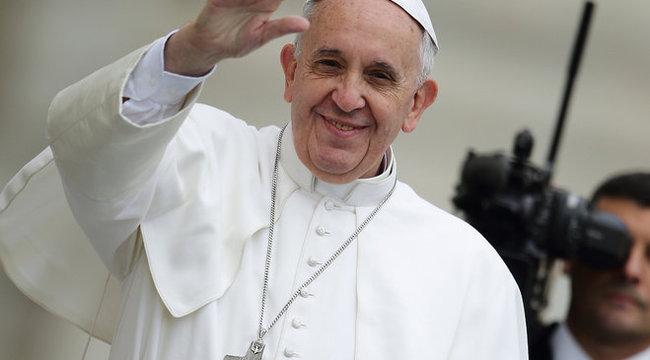 Menő: Ferenc pápa éjszaka pénzt oszt a szegényeknek