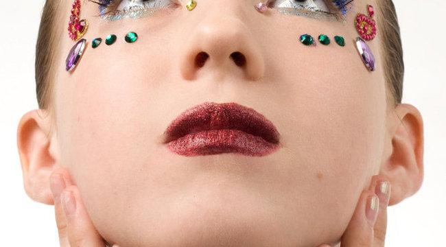 Fekete gyémántoktól csillog a luxuskörömlakk