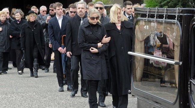 Szabó Zsófi összetört édesapja temetésén