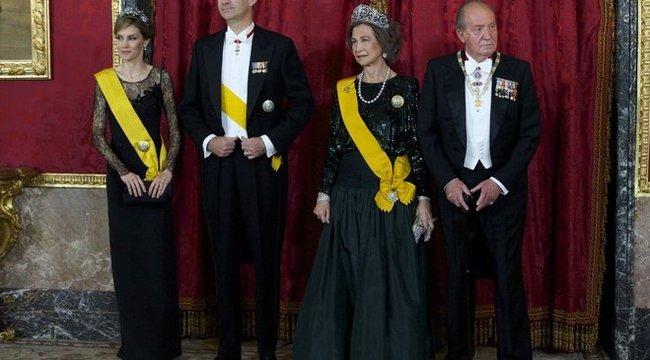 A trón után a feleségét is elveszti a király?