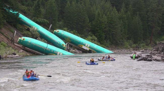 Durva: egyszerre három repülőgép zuhant a folyóba