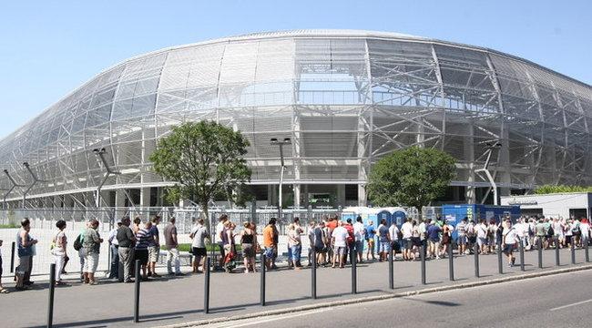 Óriási sor kígyózik a Fradi-stadion előtt