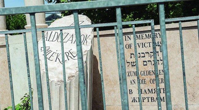 Durva elírás virít a Szabadság téri emlékművön