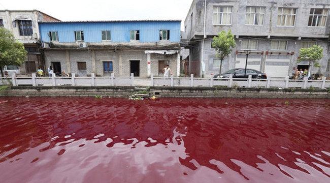 Rejtély: hirtelen vérvörössé változott a folyó