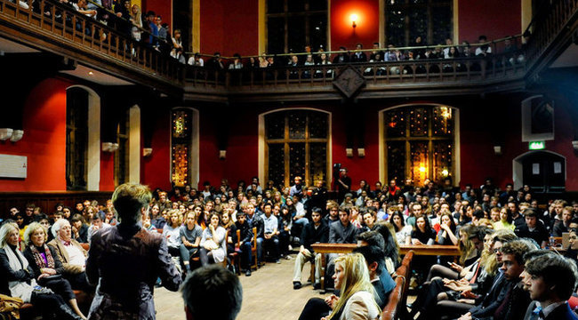Nyüzsögnek Oxfordban a magyar diákok