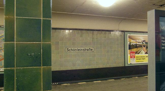 A metrómegállóban nyomta a reggeli szexet a fiatal pár – videó (18+)