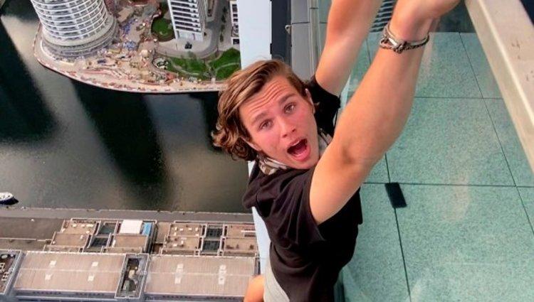 """Adam Lockwood 200 méter magasan forgatta a """"kiesem az erkélyről és megmenekülök"""" hajmeresztő filmjét"""